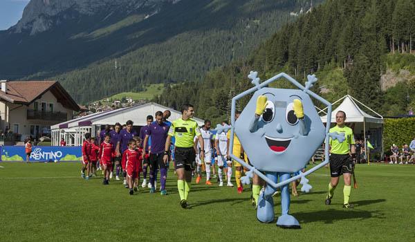 Nel ritiro della Fiorentina fa la sua apparizione Neif. La mascotte che sostiene la Fondazione Meyer